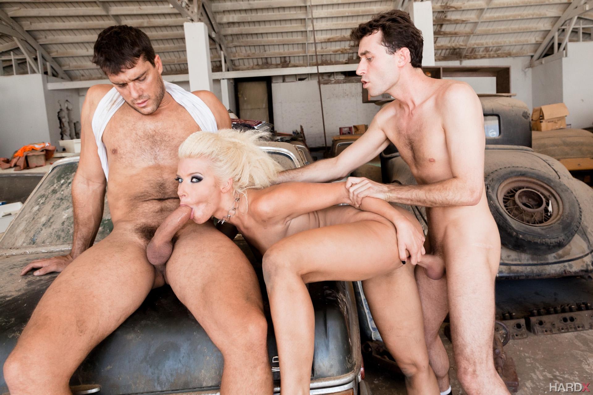 они порно молодая трахается в гараже своем